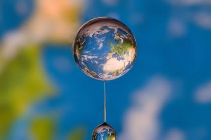 Planisphère en réflexion dans une goutte d'eau