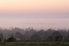 Eglise dans la brume au lever du jour