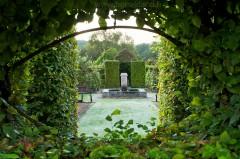 Fontaine dans le jardin médiéval du prieuré d'Orsan